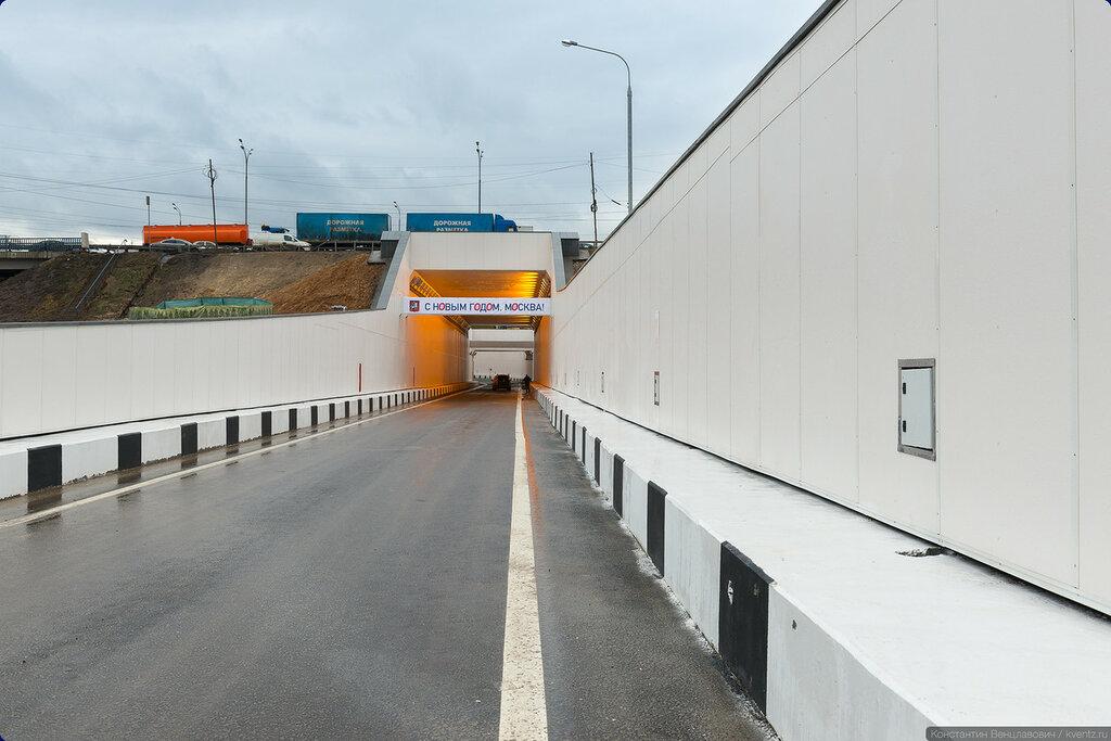 Тоннель строился открытым способом, включая участок под МКАД, который проходили в четыре захода, закрывая по две-три полосы