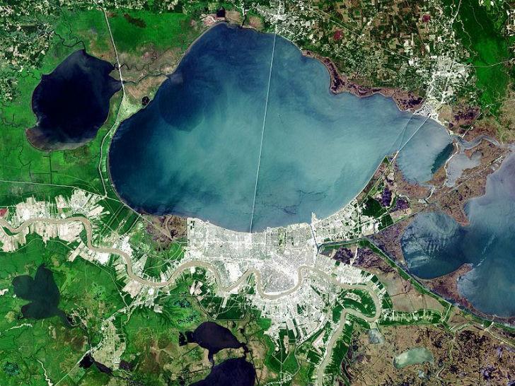 Фотография озера Пончартрейн со спутника. Мост практически делит пополам водное пространство.