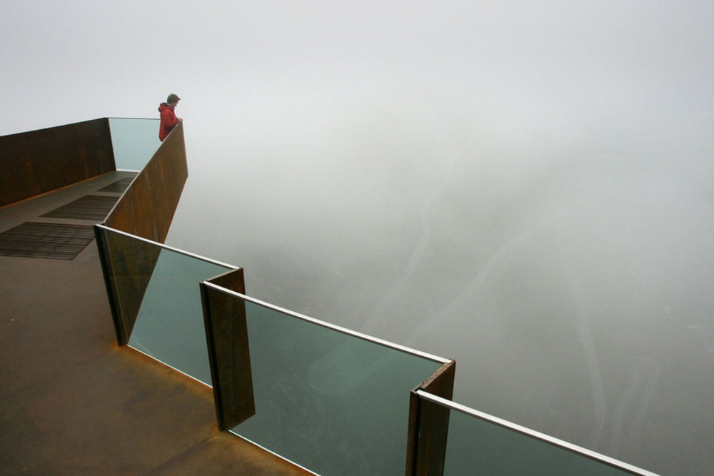 Стеклянный подвесной мост над пропастью, Китай