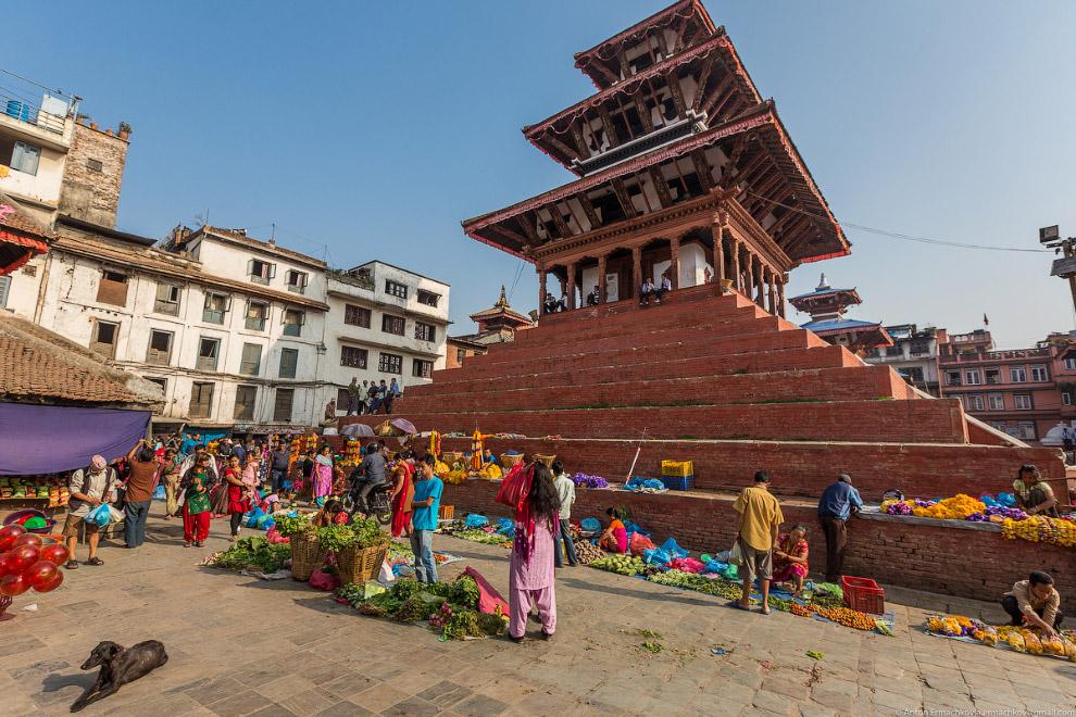 15. На площади Дурбар находится немного пугающая статуя Кала Бхайрава, Шивы в его самом ужасающ