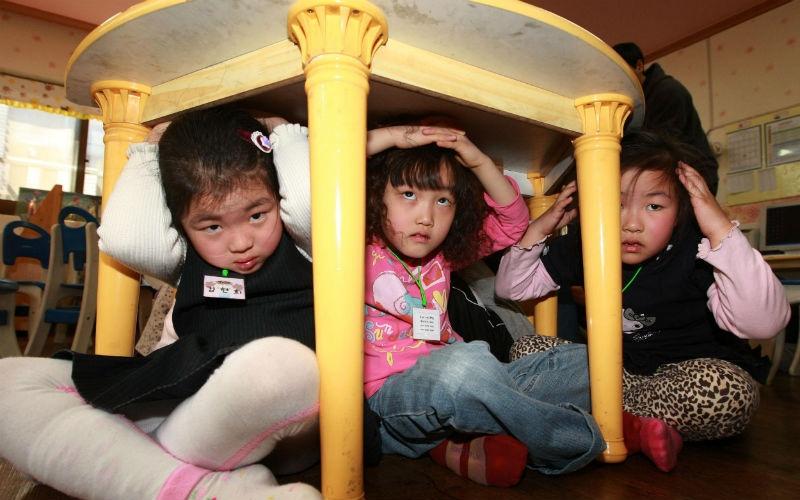 Втот год землетрясение задело иЮжную Корею. Вдетском саду вСеуле дети прятались под стол воврем