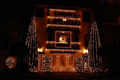 Простенькая рождественская (новогодняя) подсветка дома.