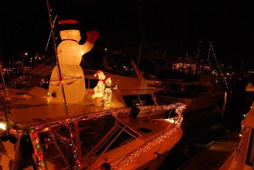Снеговики и подсветка на яхте