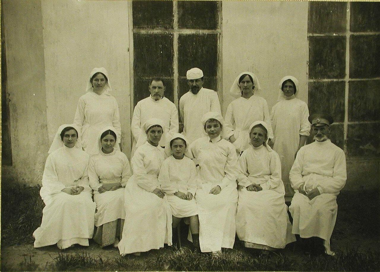 17. Врачи, сестры милосердия и другой персонал во дворе госпиталя