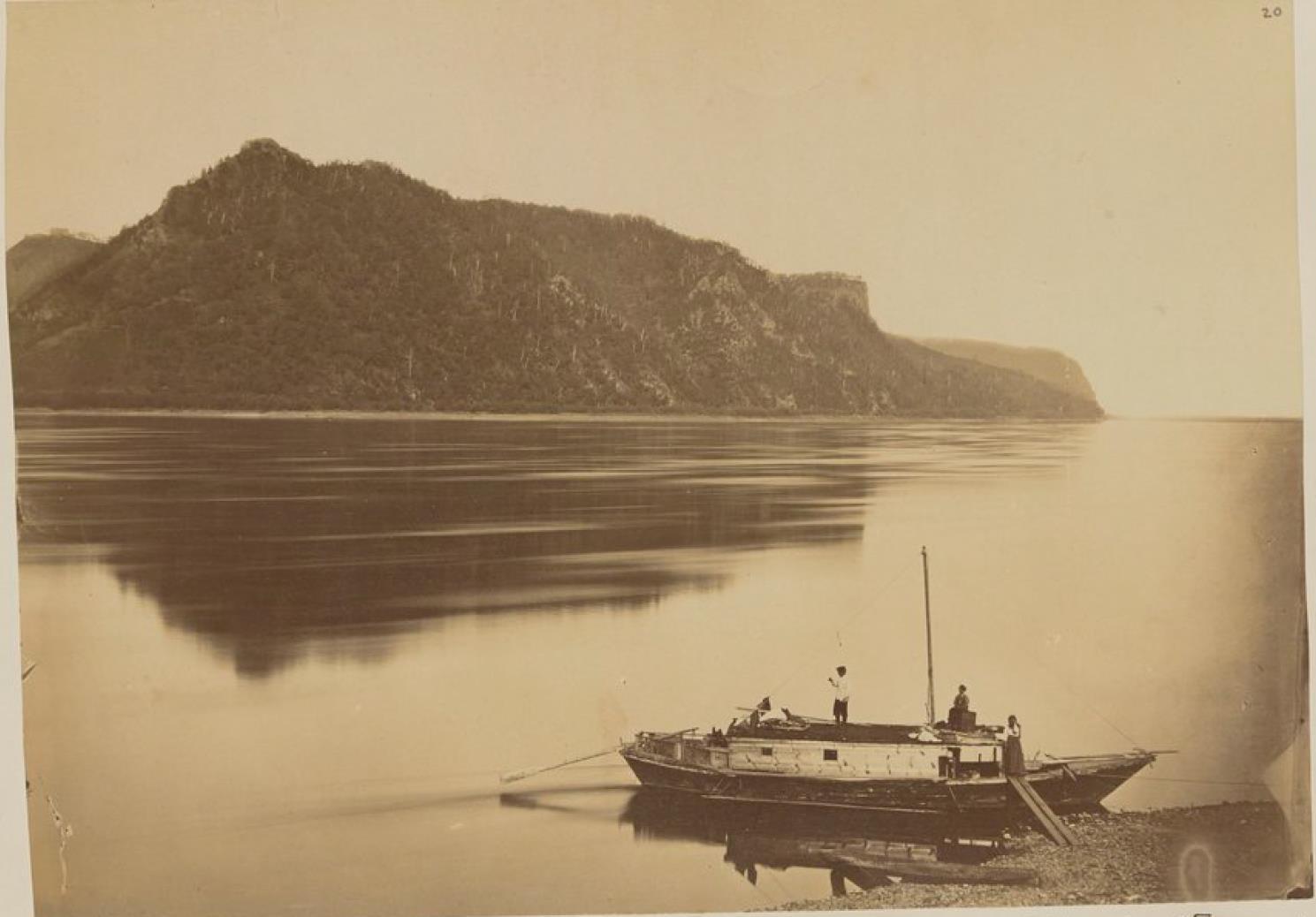 09. Хинганские горы на Амуре. Лодка русских торговцев, спускающихся по реке