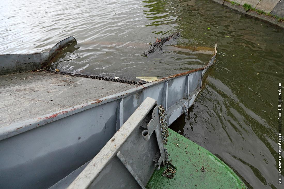 теплоход для очистки водоемов МС-1 очищает Москву-реку