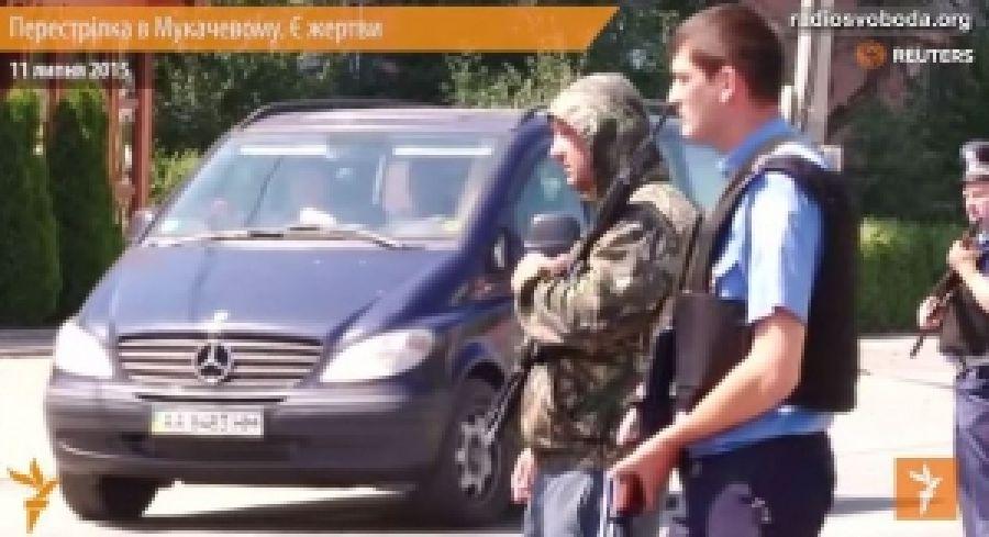 Жители Мукачево опознали вооруженного парня в спортивках возле блокпоста, – СМИ