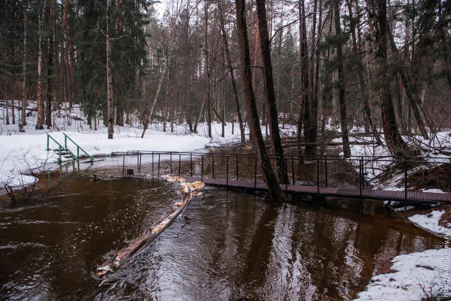 мост через реку затопило