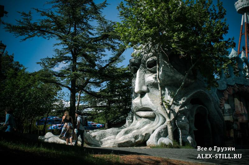 В парке можно встретить множество необычных объектов