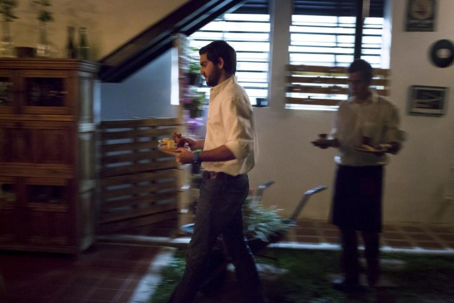 14. Владелец ресторана «Ciboulette Prive» в Каракасе помогает официанту разносить заказы посетителям