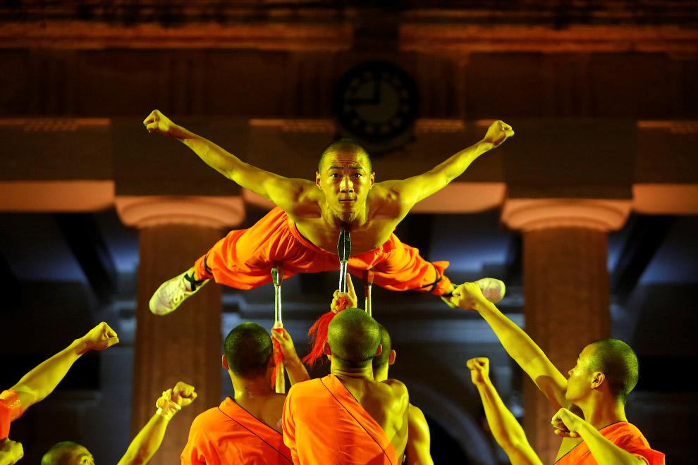 11. Тем временем, на показательных выступлениях китайские акробатки показывали не менее впечатл