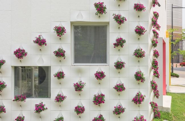 Чтобы стены дома оставались чистыми, вструктуре цветочных горшков предусмотрены отверстия для дрена