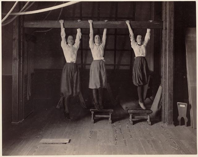 Фотографии о том, как школьники занимались физкультурой в 1890-е годы в Бостоне
