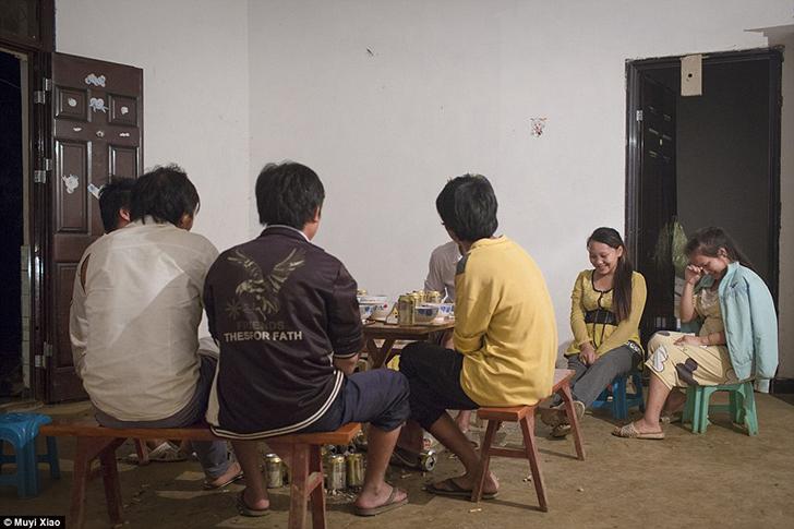 Цзе и ее 16-летняя золовка, которая тоже беременна, сидят у стола, где муж Цзе выпивает со своими ро