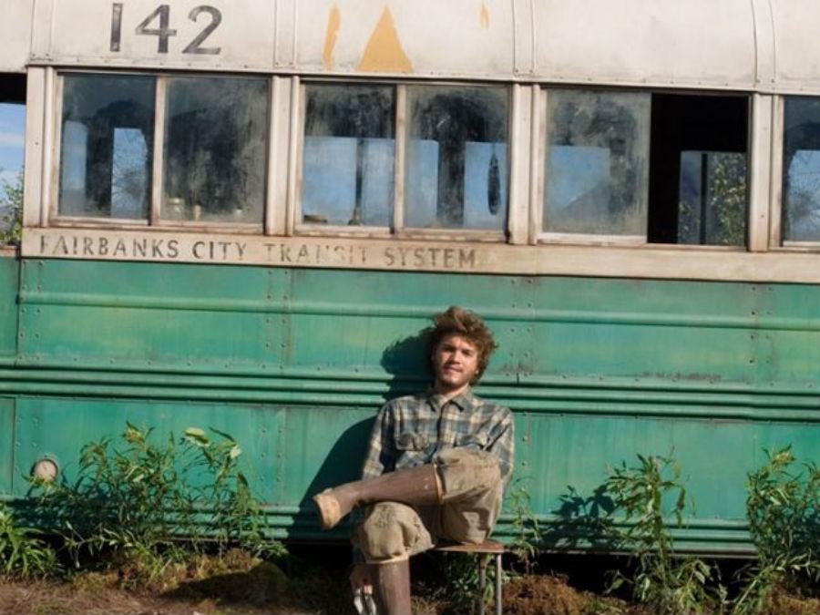 Эмиль Хирш в роли Кристофера Маккэндлесса в фильме «В диких условиях».