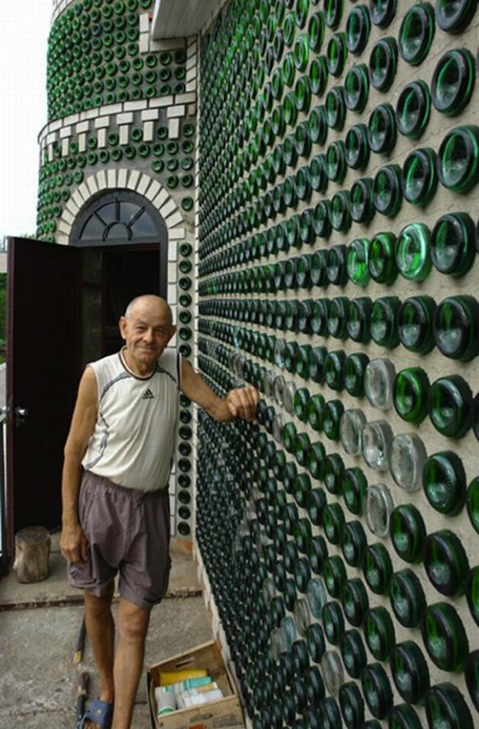 10. В 1941 году огромный особняк из бутылок для дочери фармацевта возвели молодые архитекторы в Вирж