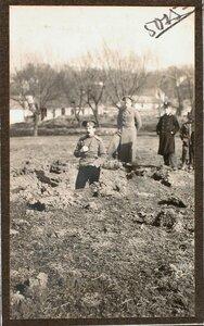 Группа военных на месте падения бомбы, (на Ленке, у Садоцкой ул.), сброшенной летчиком 8 марта 1915 г. около 1 ч. дня.