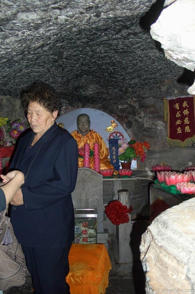 Внутри пещеры Баочжу, Бадачу