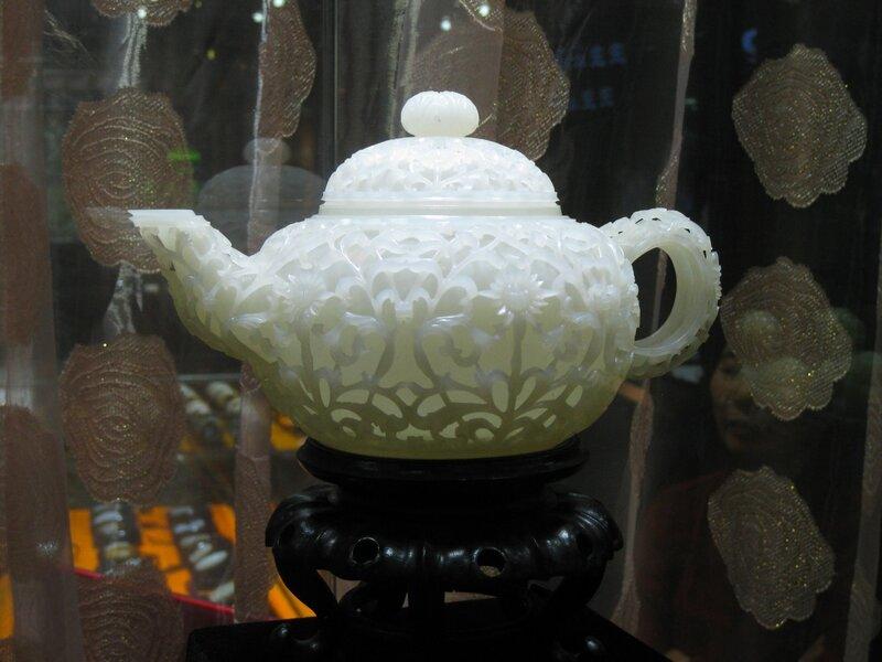 Резной чайник из нефрита