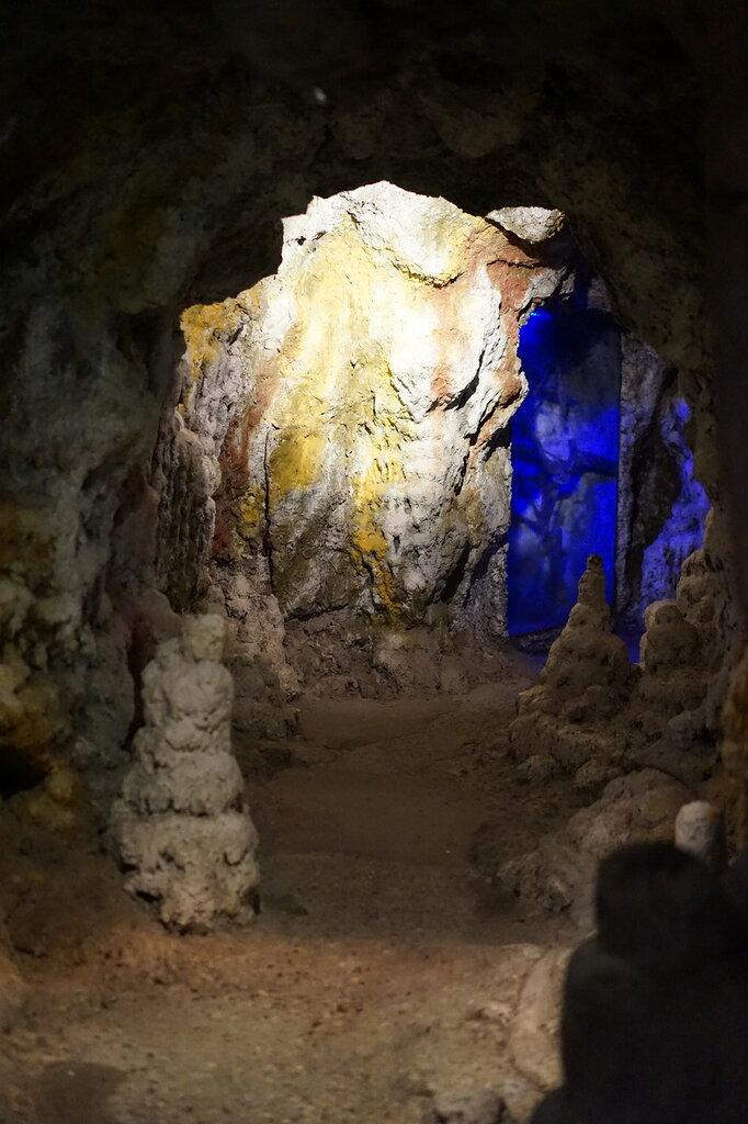 Искусственная Медвежья пещера в Сафари-Парке в Геленджике