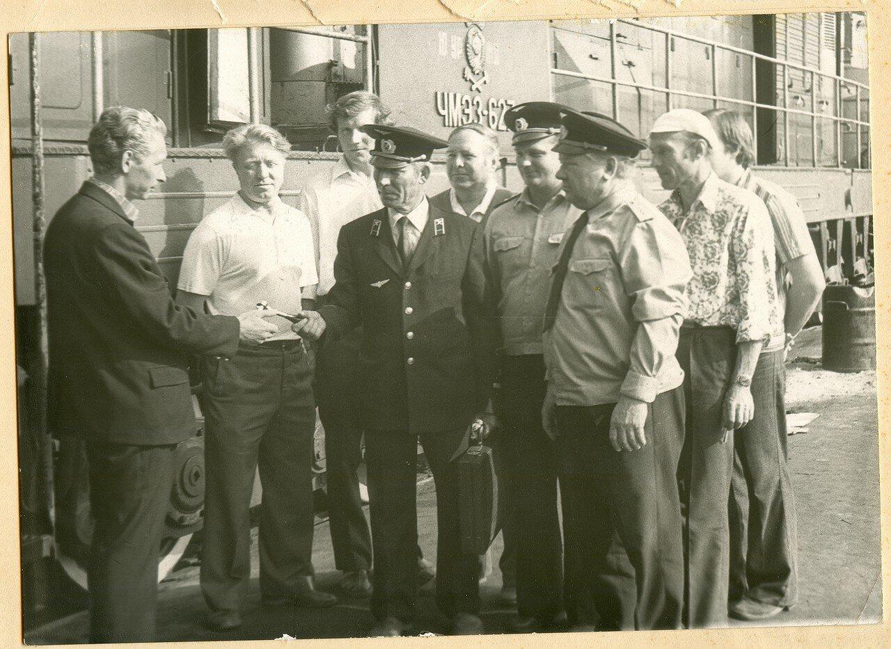 1970-е. Машинист депо Челябинск И.И. Кузнецов передает эстафету сыну