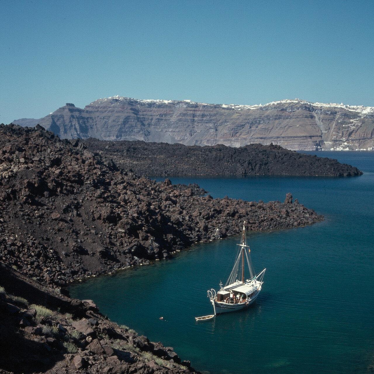 1971. Санторин. Острова Тирасия, Палеа-Камени, Неа-Камени. Лавовые потоки оставшиеся от извержения 1925.
