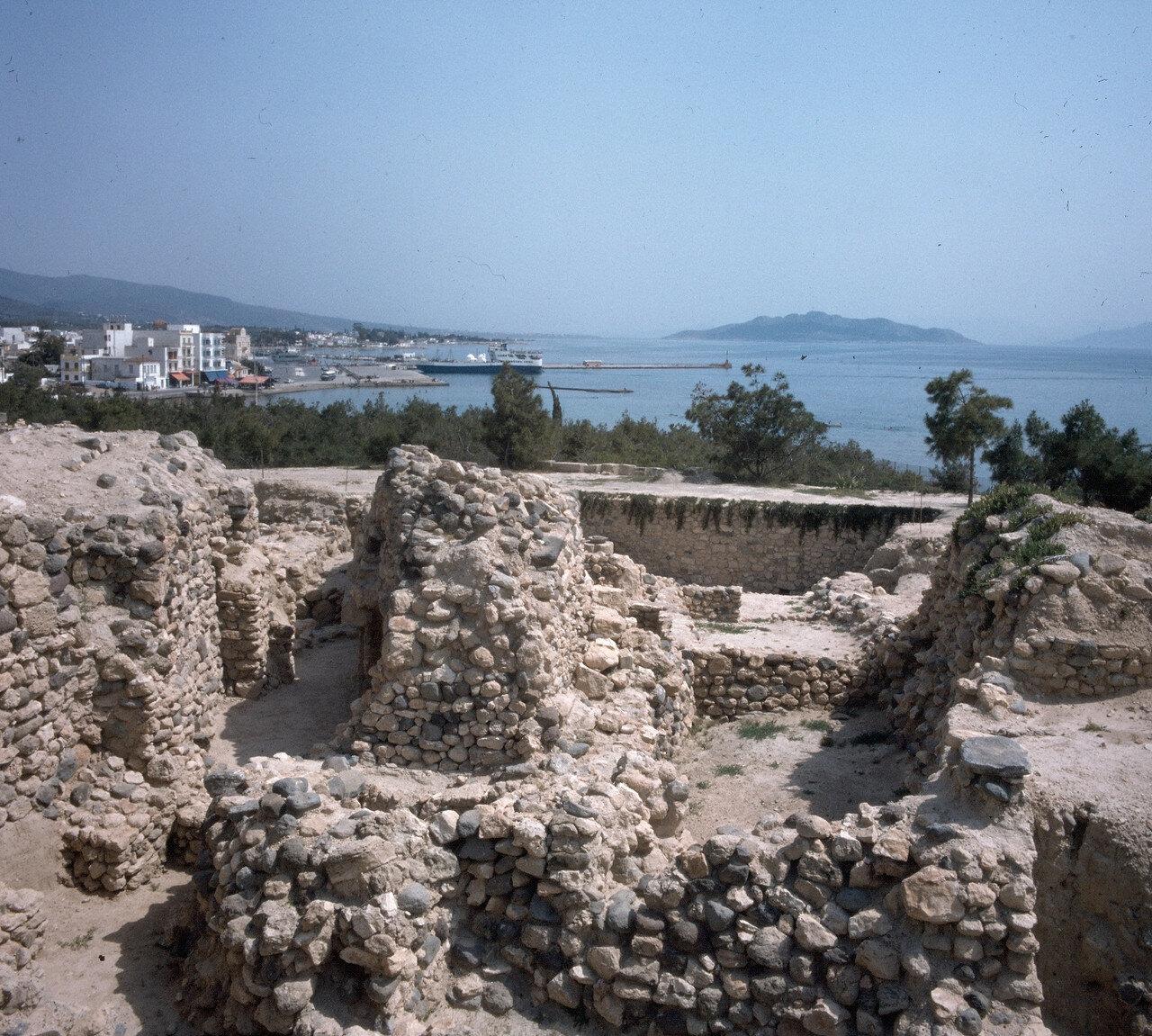 Эгина. Стены домов бронзового века на археологических раскопках древнего города на холме