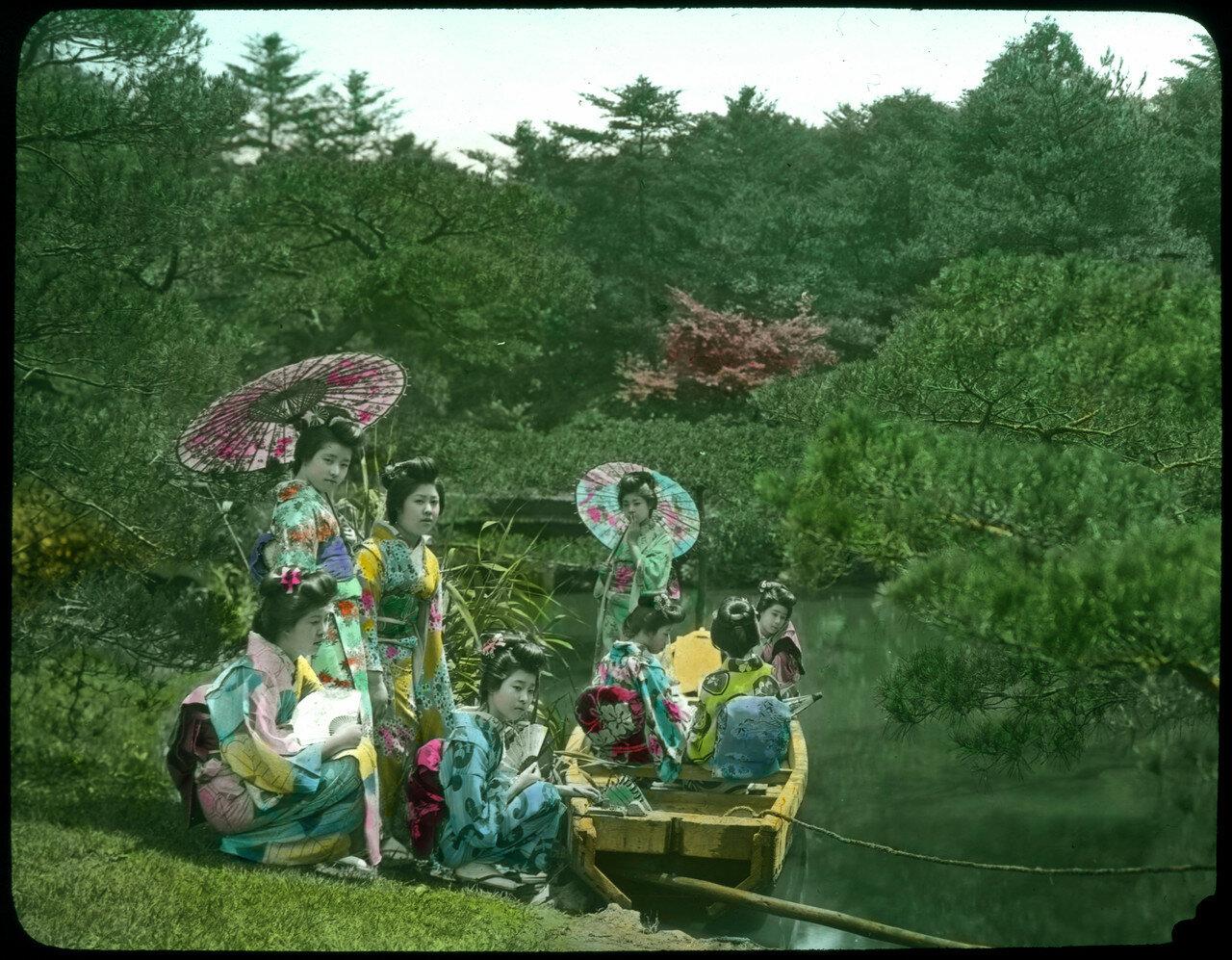 Восемь молодых женщин в кимоно. 1910