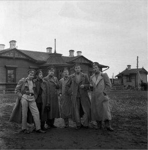 Малая группа у самого вокзала