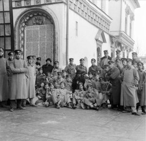 Группа студентов у входа в монастырь