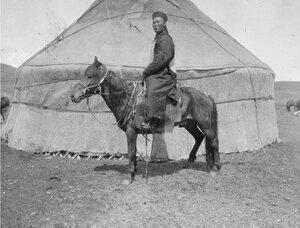 Калмык Джирджил, брат Насамбатина на лошади возле юрты