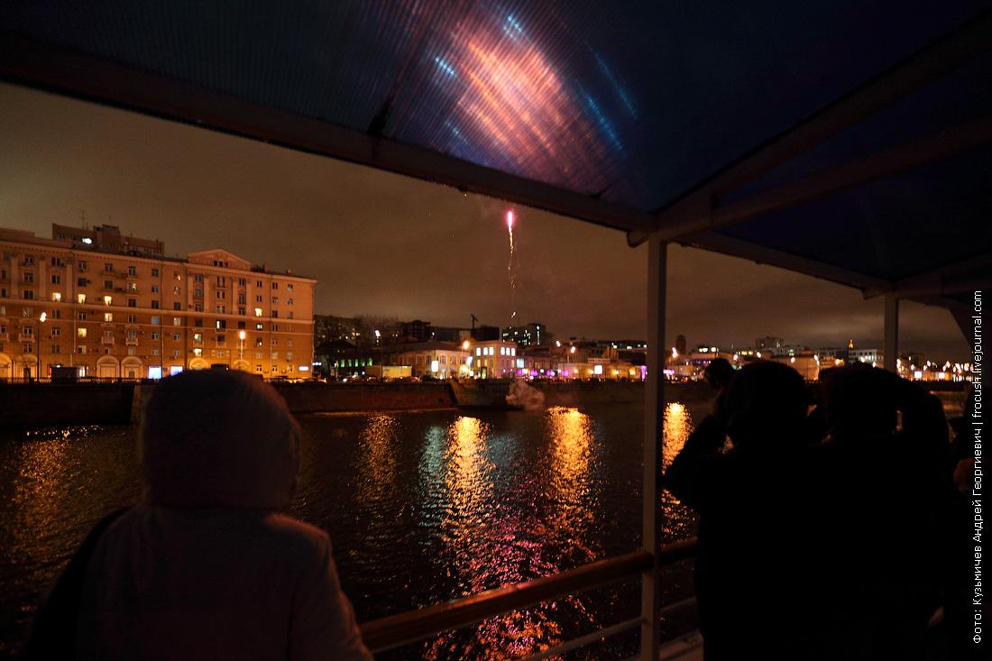 фейерверк в честь открытия прогулочной навигации по Москве-реке