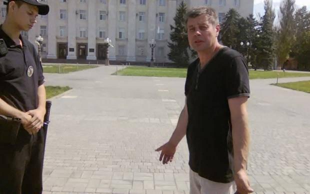 """Таких надо знать в лицо: Мужчина в центре Херсона пытался сорвать сорочку с памятника """"Небесной сотни"""""""