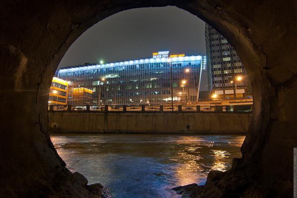 Вид на БЦ Silver City из портала ручья