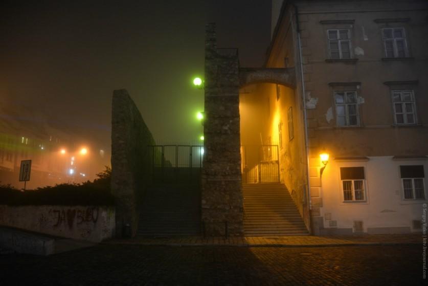 ведь спокойно было тем гражданам средневековья, что в окнах прятались этих домов. Сейчас и смешно и