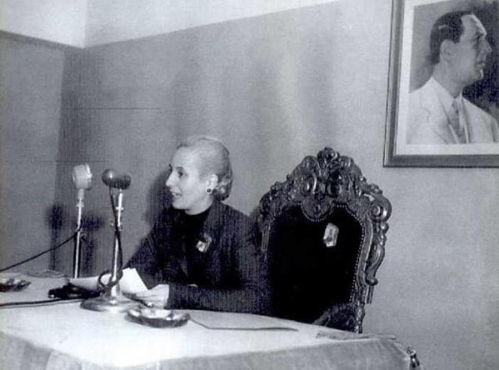 Эвита Перон Первая леди разъезжала по стране, принимая сотни посетителей. Ее главным делом стала заб