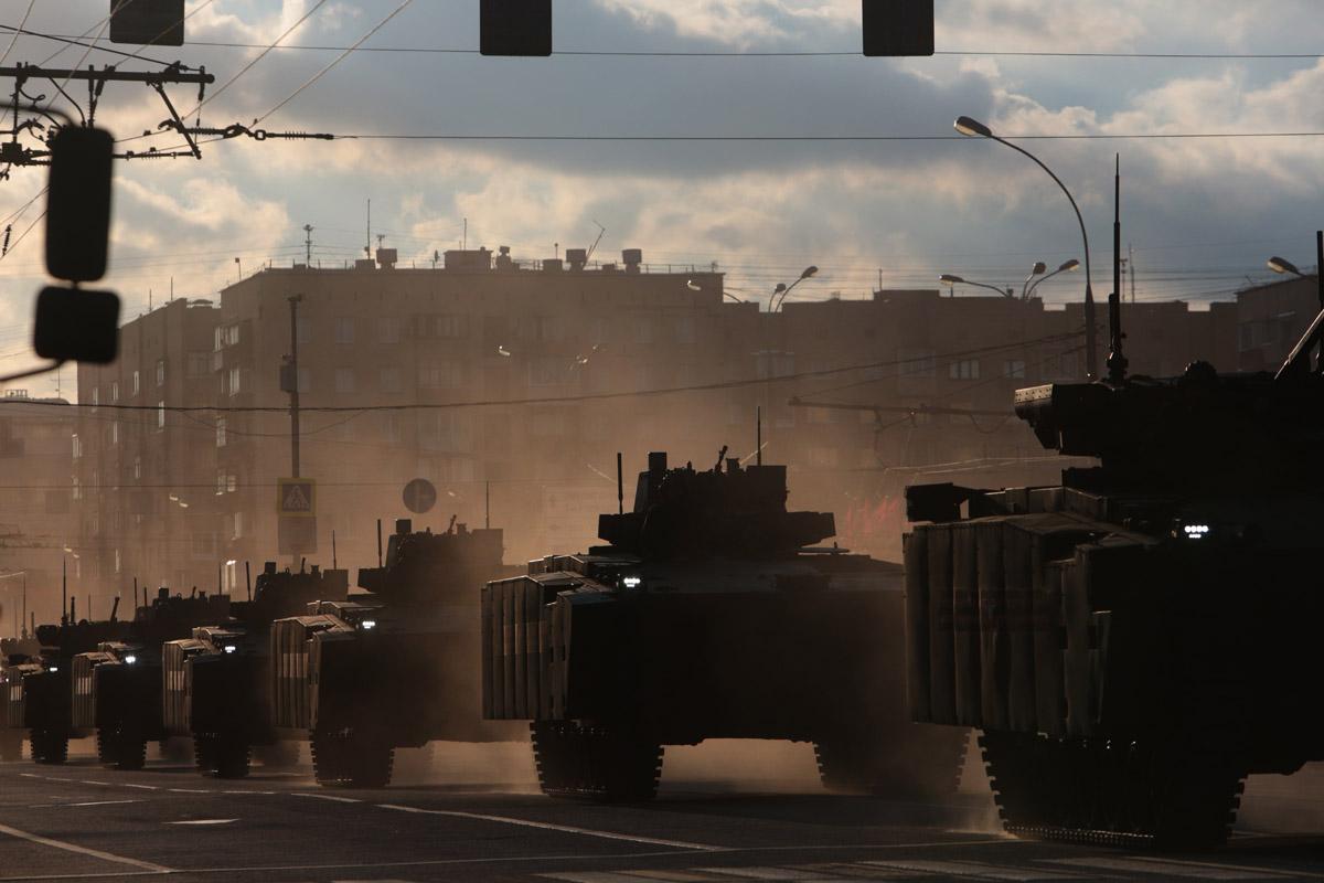 В то время, когда боевая техника проходила по Красной Пресне, начался закат.