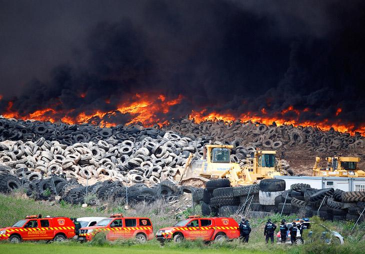 Как горела крупнейшая свалка автопокрышек в Европе (21 фото)