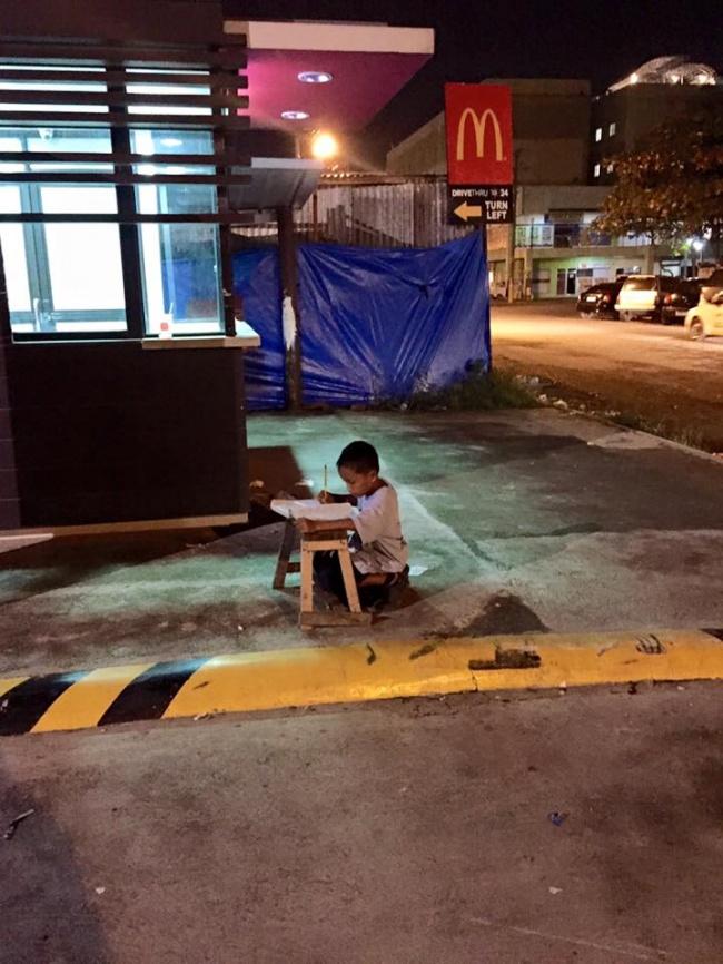 Мальчика заметили, когда онделал уроки при свете от«Макдоналдса». Это перевернуло всю его жизнь (2 фото)