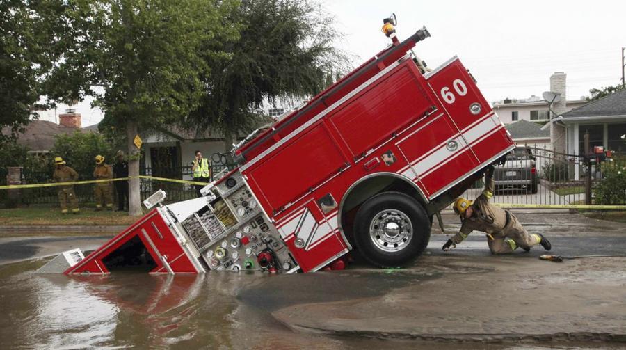 3. В результате прорыва водопровода в Лос-Анджелесе 8 сентября 2009 года образовалась карстовая воро