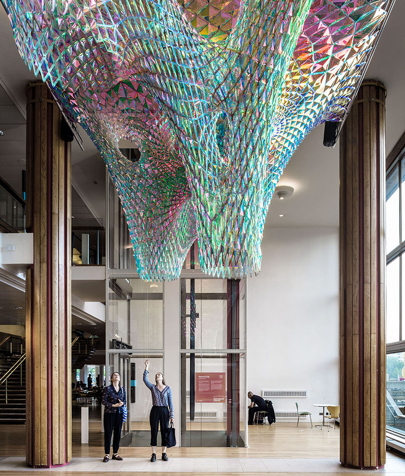 Абстрактная инсталляция на фестивале любви в Лондоне