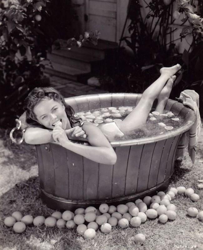 Дона Дрейк — американская актриса, певица и танцовщица 1930-1940-х годов.