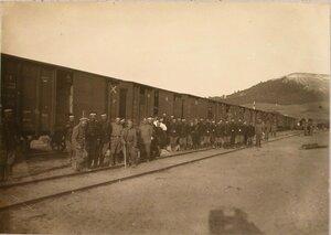 Солдаты 1-й роты 7-го железнодорожного батальона у эшелона перед погрузкой для отправления на станцию Радзивилов.