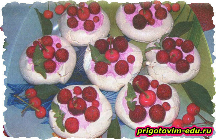 Воздушный десерт с ягодами