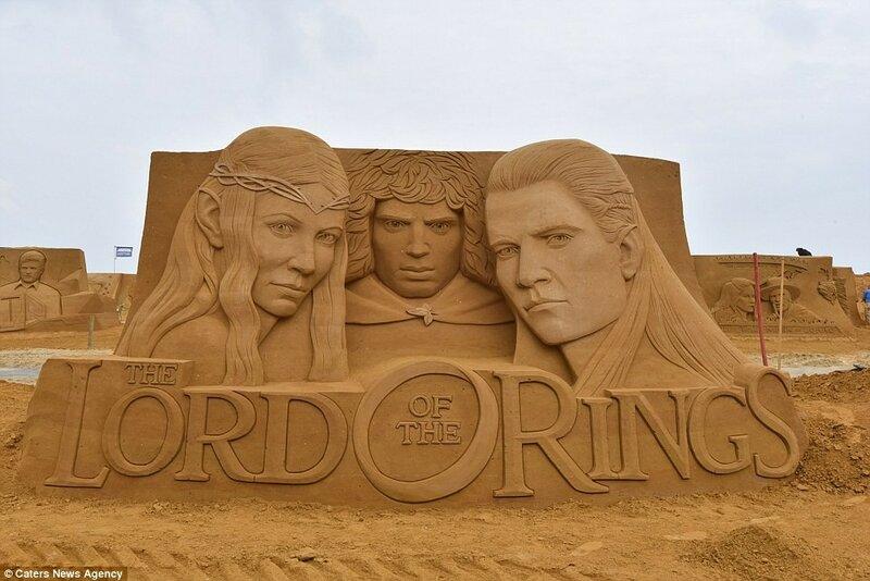 Поклонники саги «Властелин колец» будут рады узнать в скульптурах из золотистого песка своих любимых персонажей: Галадриэль, Фродо Бэггинса и Леголаса.