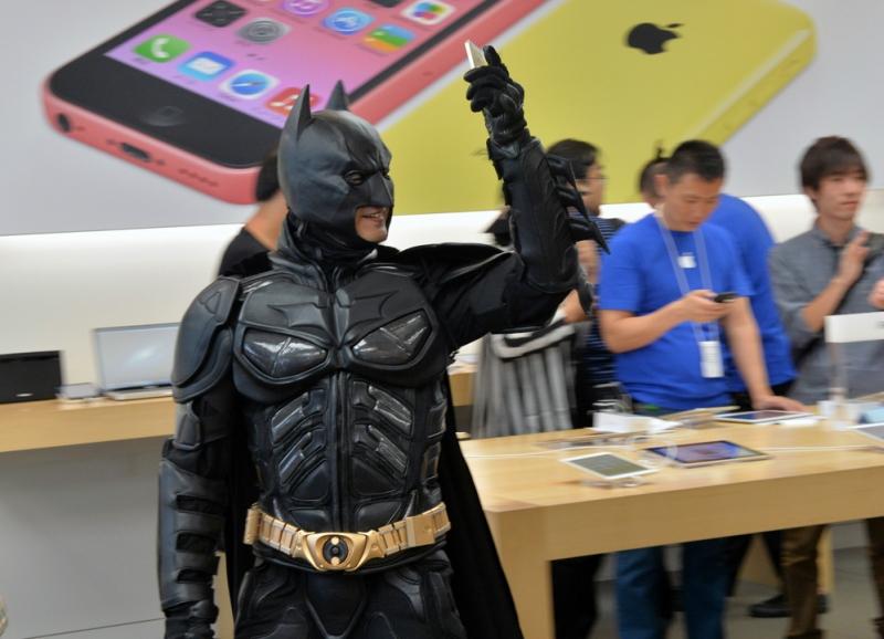 Бэтмен купил себе новый iPhone 5S. Фотографии