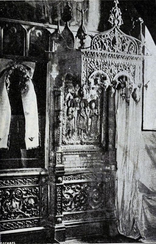Интерьер обора Спаса на Бору. Киот иконы Трёх Мучеников