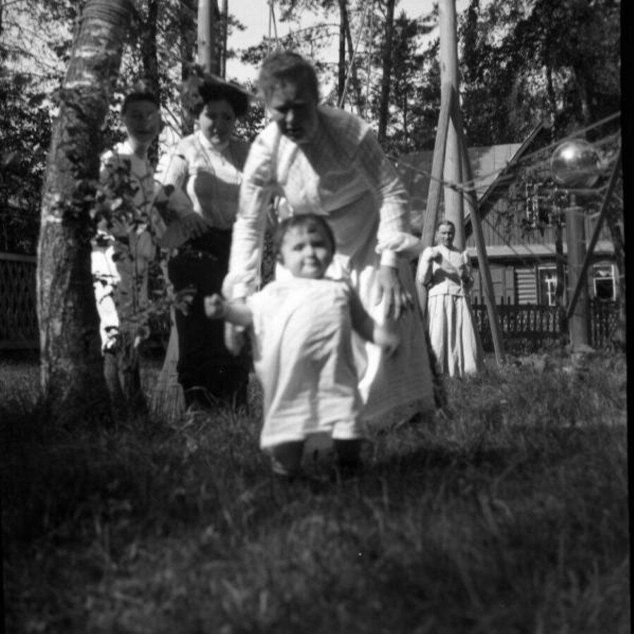 1904. Вешняки. Леночка около гамака