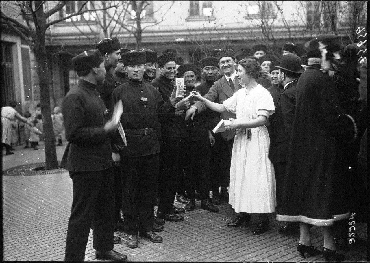 1922. Русские дети-сироты в Париже. Распределение конфет. 13 марта
