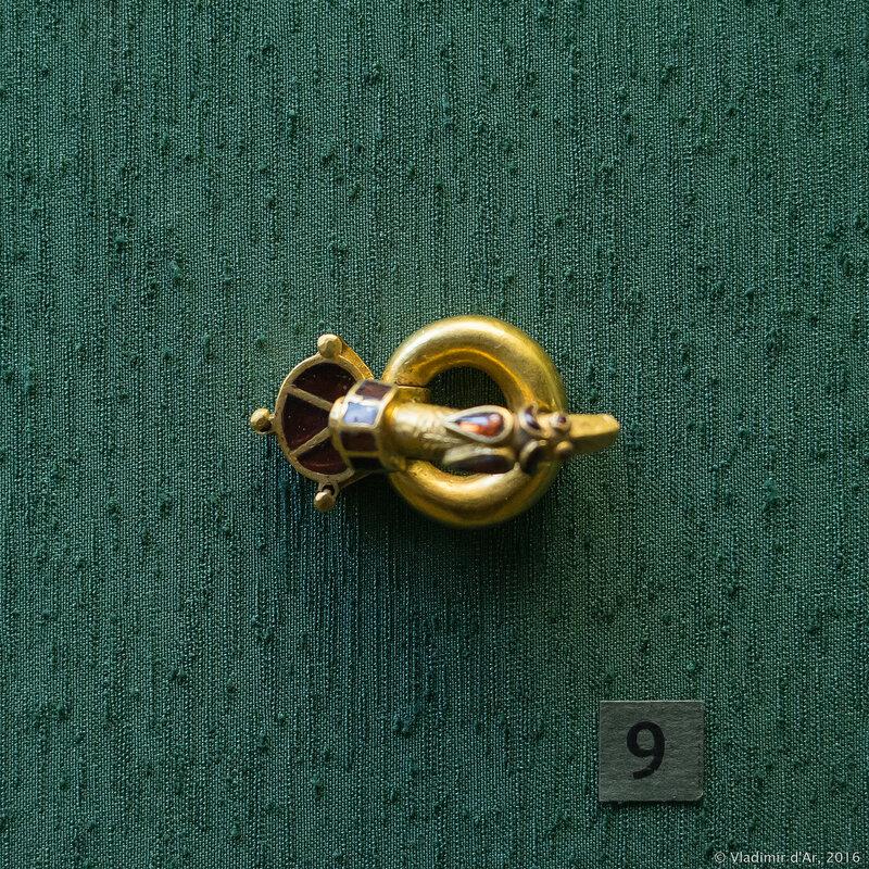 Пряжка с зооморфным язычком. Вторая треть V в. Золото, гранат.